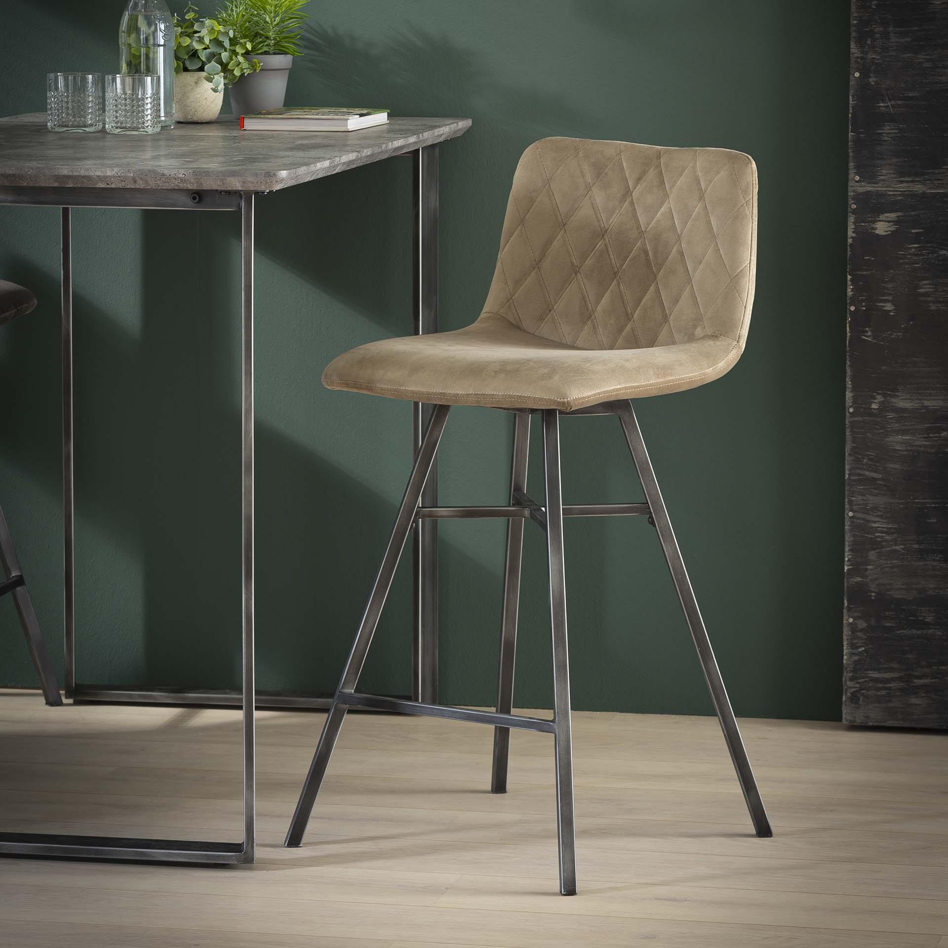 Barstoel 'Fedde' (zithoogte 68cm) kleur Champagne Velours Zitmeubelen | Barkrukken & Barstoelen vergelijken doe je het voordeligst hier bij Meubelpartner