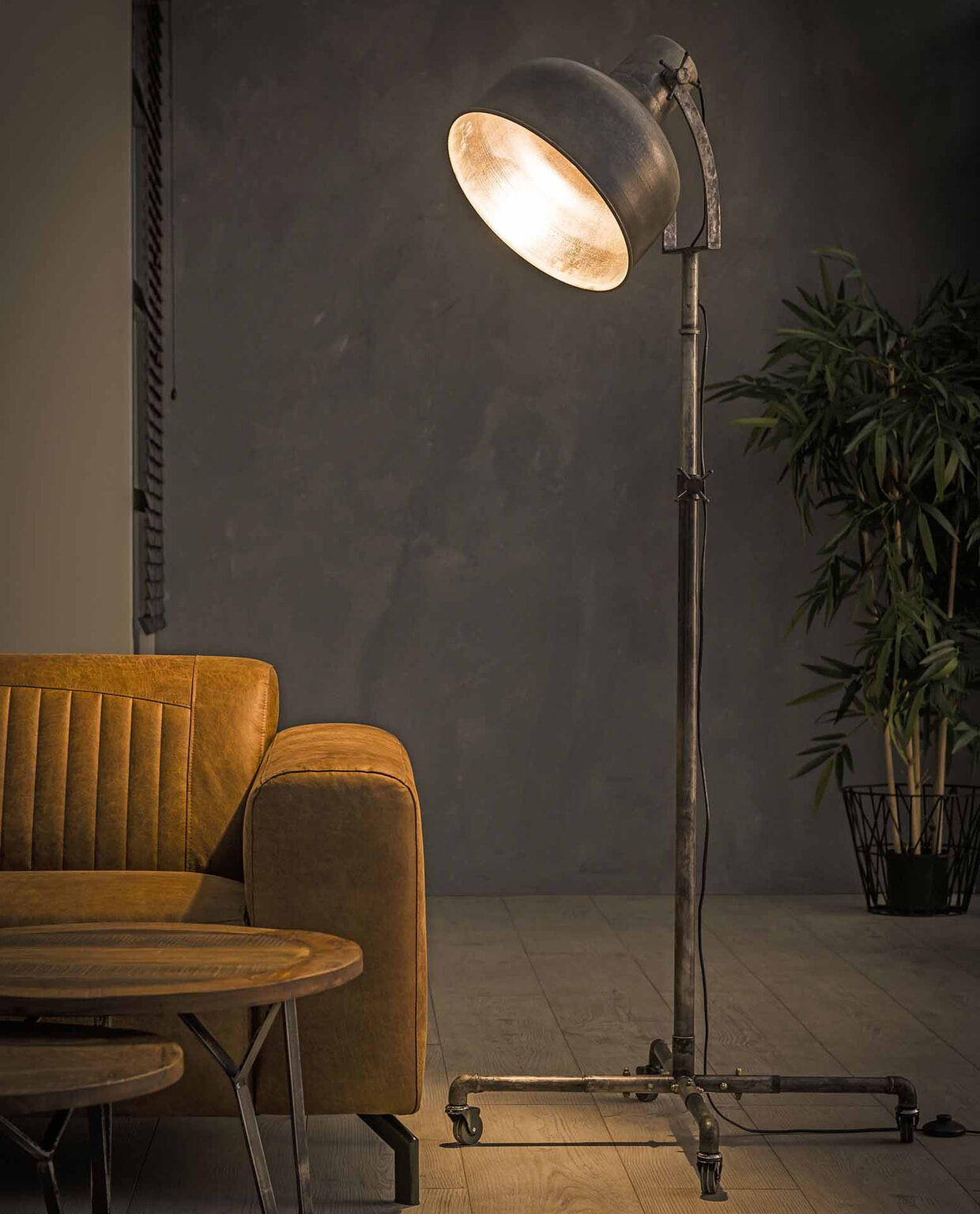 Industriele Wielen Oud.Industriele Vloerlamp Maisie Op Wielen Meubelpartner